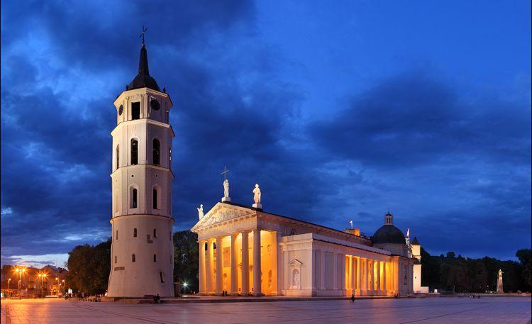 Кафедральный собор Вильнюса - этот римско-католический храм построен на месте языческого капища в Литве.