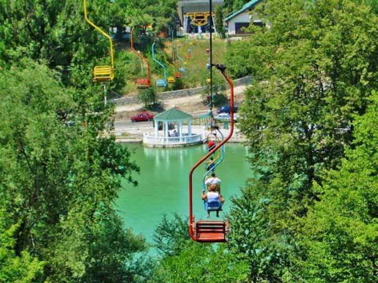 Канатная дорога в Центральном парке – еще одна достопримечательность Атажукинского парка в Нальчике.