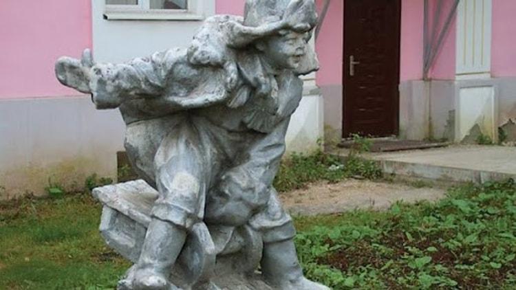Мальчик на санках – одна из самых любимых скульптур у жителей города - Александров, а также его достопримечательность.