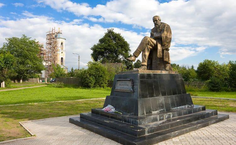 Монумент Ф. М. Достоевскому – этот памятник является достопримечательностью города Старая Русса.