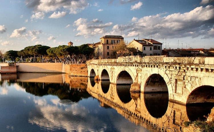 Обязательно сходите к мосту Тиберия, так как он тоже является достопримечательностью Риминии.