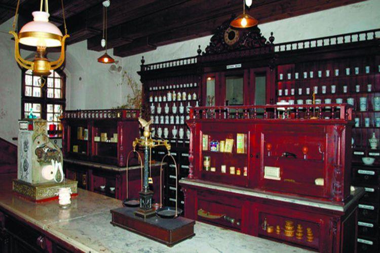 Музей медицины и фармацевтики - достопримечательность в Каунасе, здесь представлены в качестве экспонатов медицинские инструменты, аптекарские принадлежности, различное медицинское оборудование.