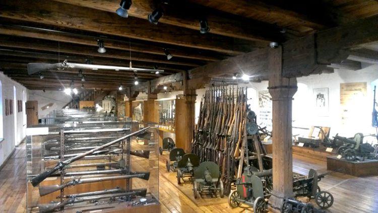 В Muzeum Militariów - обширная коллекция холодного и огнестрельного оружия, шлемов и военного обмундирования разных эпох.