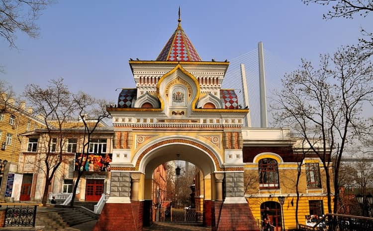 Николаевская Триумфальная арка – небольшое прекрасное сооружение и достопримечательность в Владивостоке.