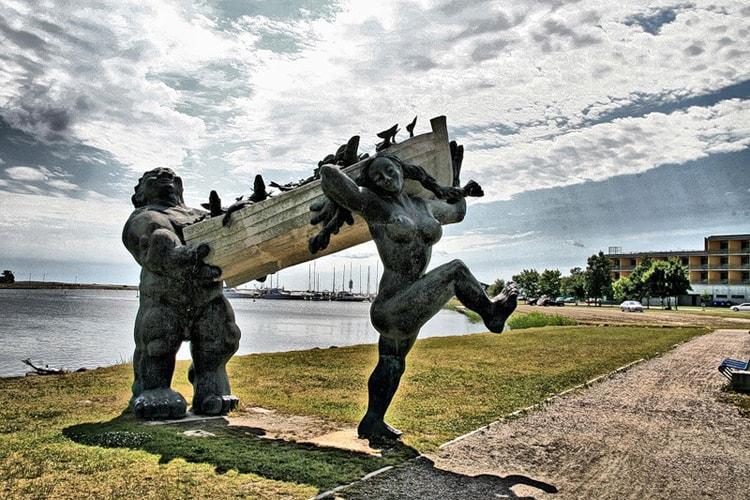 Памятник великану Болшой Тылль и его жене Пирет на острове Сааремаа.