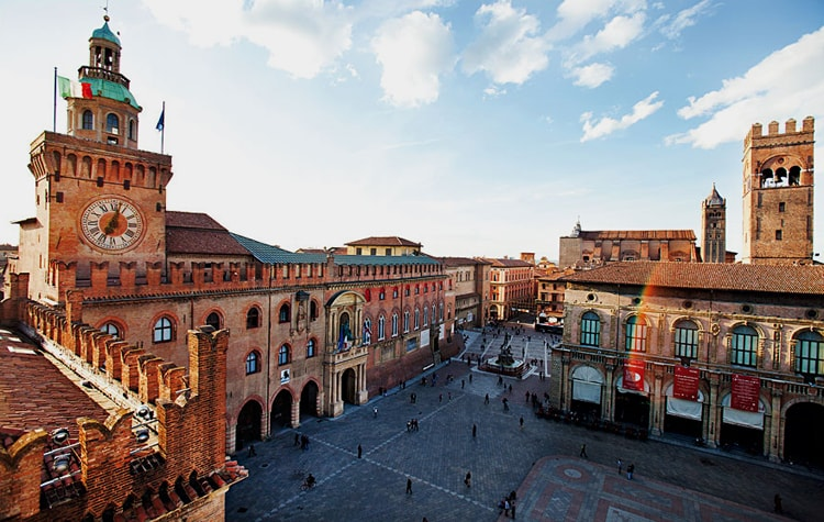 Центральная площадь Болоньи – Пьяцца Маджоре, старинная достопримечательность Болоньи.