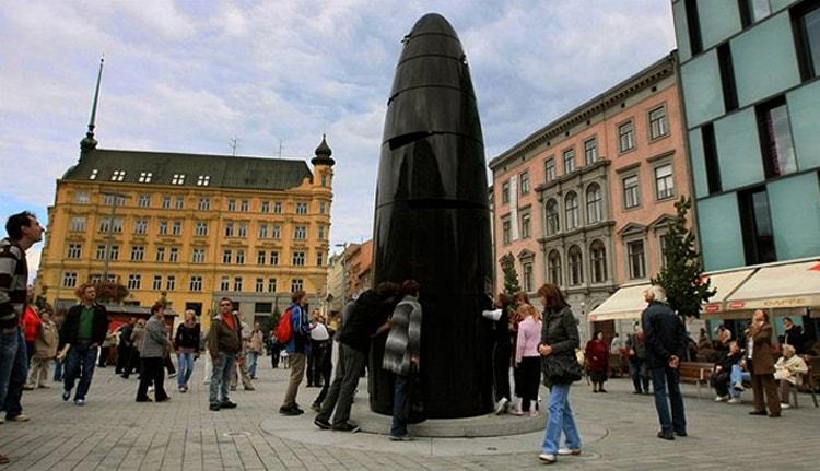 Площадь Свободы с оригинальными часами, Брно.