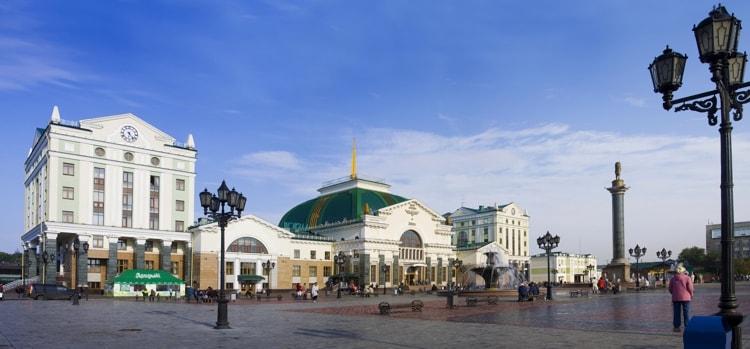 Привокзальная площадь расположена у железнодорожного вокзала города, который благодаря своей красоте сам является достопримечательностью.