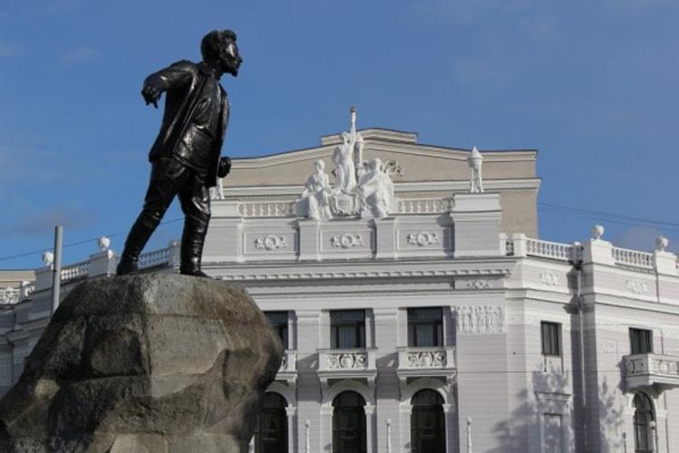 Памятник Якову Свердлову является достопримечательностью в Свердловской области.