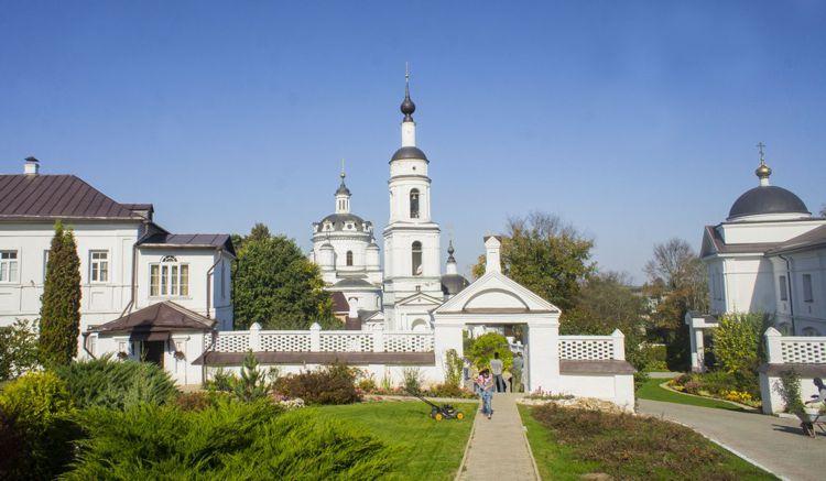 Одна из самых древних построек Малоярославца – Свято-Никольский Черноостровский женский монастырь.