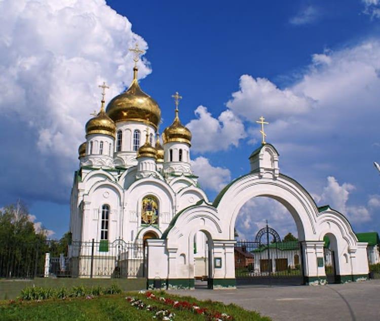 Не менее популярным среди туристов является Свято-Троицкий храм, который является достопримечательностью города Тамбов.