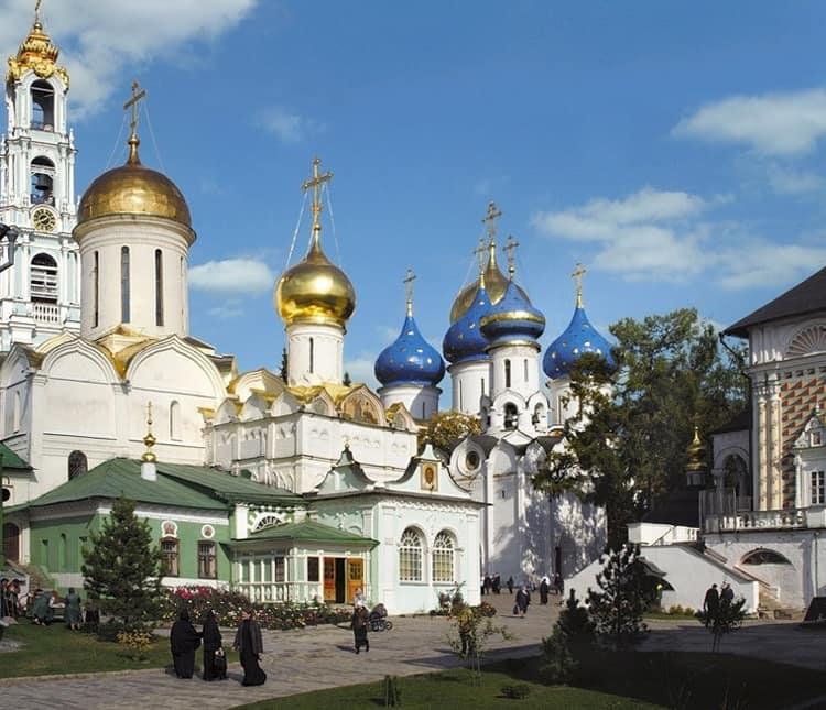 В Московской области есть много достойных внимания архитектурных достопримечательностей особо можно выделить Троице-Сергиеву лавру.