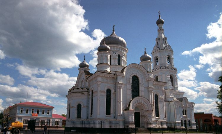 Главная городская площадь с достопримечательностью города Малоярославца - Успенская церковь.
