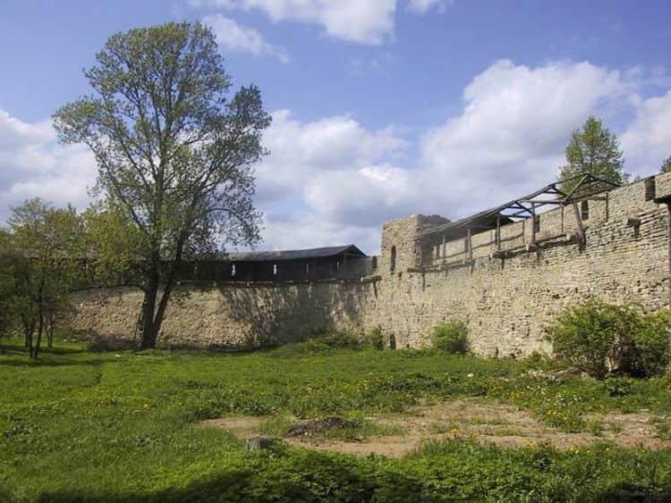 Одним из старинных архитектурных сооружений в городе Великие Луки является Великолукская крепость.