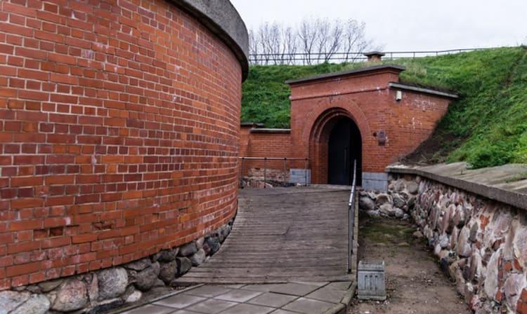Неподалеку Старого города отыскал Замок Мемель - еще одна достопримечательность Клайпеды.