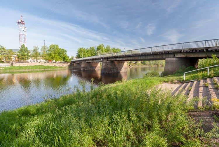 Живой мост - достопримечательность и деревянная переправа на каменных основаниях через реку Полисть в городе Старая Русса.