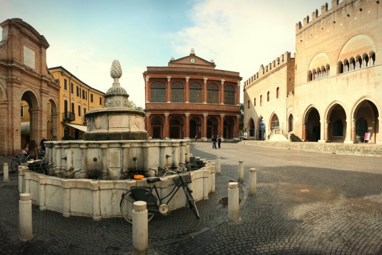 Фонтан Шишка - очень красивая и необычная достопримечательность в Риминии.