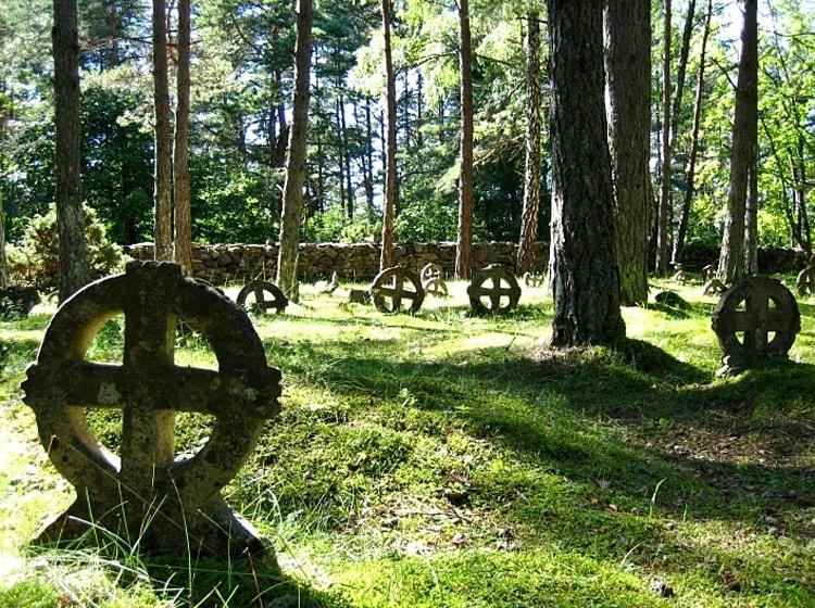 Кладбище с кельтскими крестами
