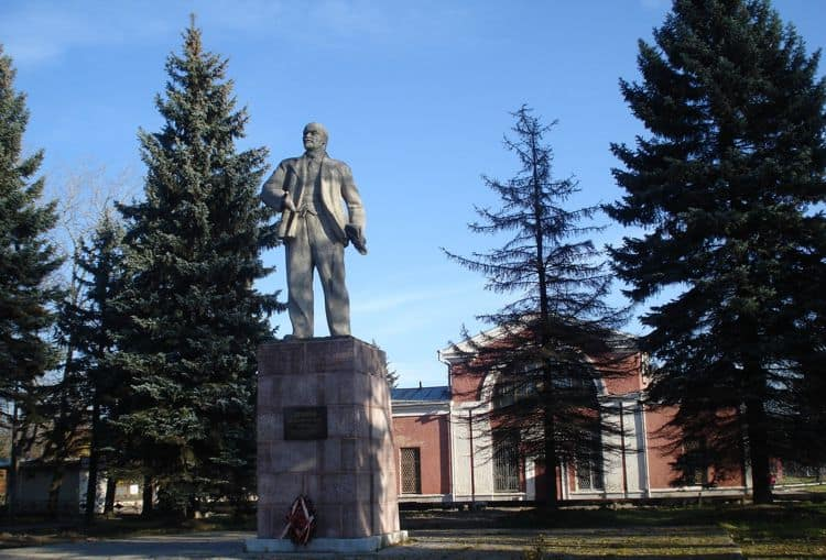 Вполне ожидаемым памятником стал монумент Ленину в городе Великие Луки.