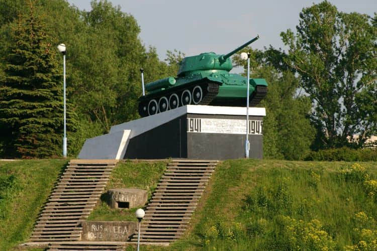 Достопримечательность Великие Луки - Этот монумент свидетельствует о почтении памяти всех убитых в сражениях танкистов.