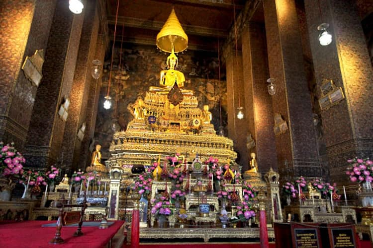 Wat Pho - храм, в котором покоится статуя Спящего Будды, одно из ключевых мест Бангкока.