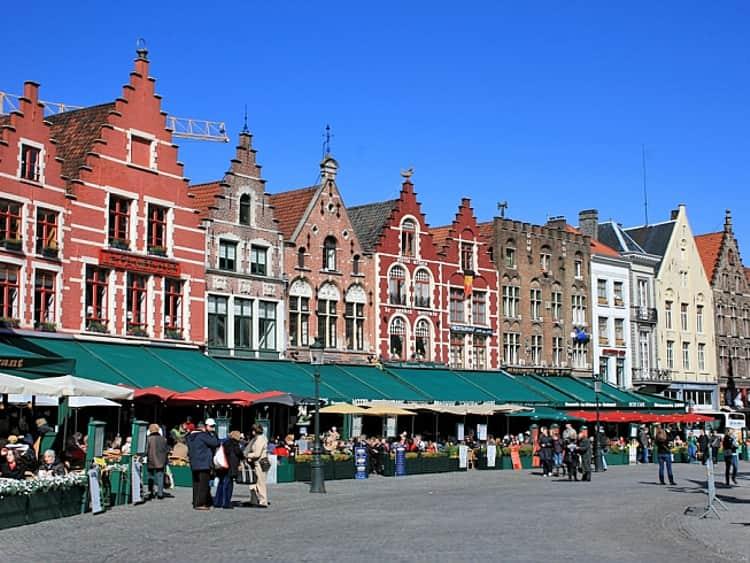 Своих гостей Брюгге приветствует колоритной центральной площадью Гроте Маркт.