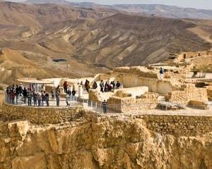 Масада - крепость в Израиле, которая привлекает туристов.