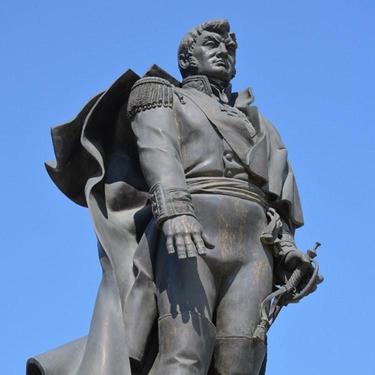 В небольшом сквере города расположен памятник генералу Ермолову в Минеральных Водах.