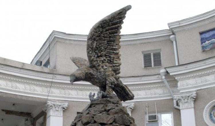 Рядом со зданием Железнодорожного вокзала на его площади мое внимание привлекла скульптура Орел, которая, по словам местных жителей, считается наилучшим украшением Минеральных Вод..
