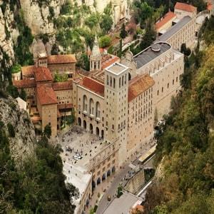 Бенедиктинский Монтсеррат монастырь, построенный в Испании более тысячи лет назад, до сих пор является духовным символом, религиозным центром Каталонии и привлекает паломников со всего мира.