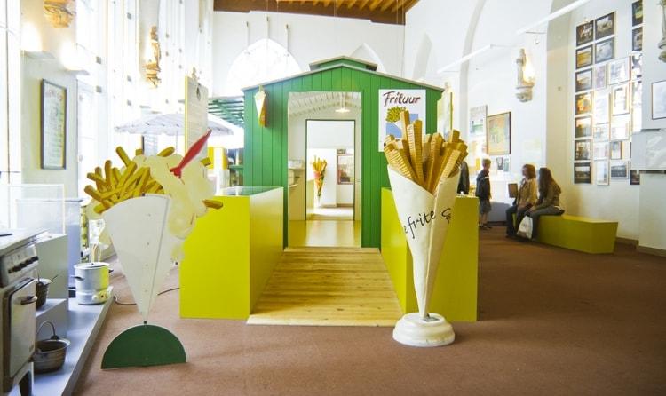 В Музей картофеля фри (Frietmuseum) в Брюгге лучше не идти на голодный желудок, до того аппетитны все его экспозиции.