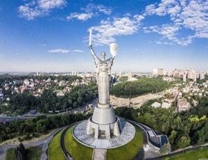 Родина мать статуя, которая находиться в Киеве.