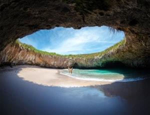 Уникальный Скрытый пляж в Мексике спрятан в скалах острова Мариета.