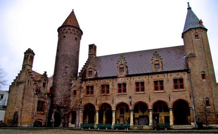Во дворце Грютхюзе (Gruuthuse), когда-то принадлежавшем одному из знатнейших семейств города, теперь расположился одноименный музей, в котором собраны прекрасные образцы роскошной мебели, ковров и предметов декора, выполненные мастерами старого Брюгге.