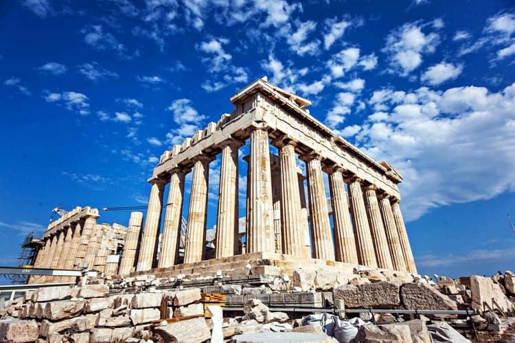 Акрополь - знаменитая достопримечательность в Греции.