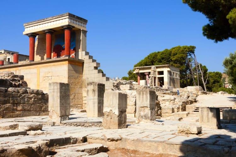 Другой архитектурной достопримечательностью в Греции, которая пользуется особой популярностью среди туристов, является Кносский Дворец царя Миноса.