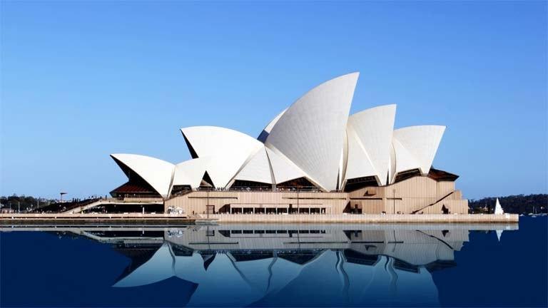 Знаменитой архитектурной достопримечательности Австралии является Сиднейский оперный театр.