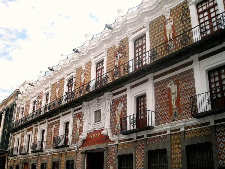 Дом Кукол – это помпезное и очень интересное здание, которое располагается в самом сердце Пуэблы в Мексике.