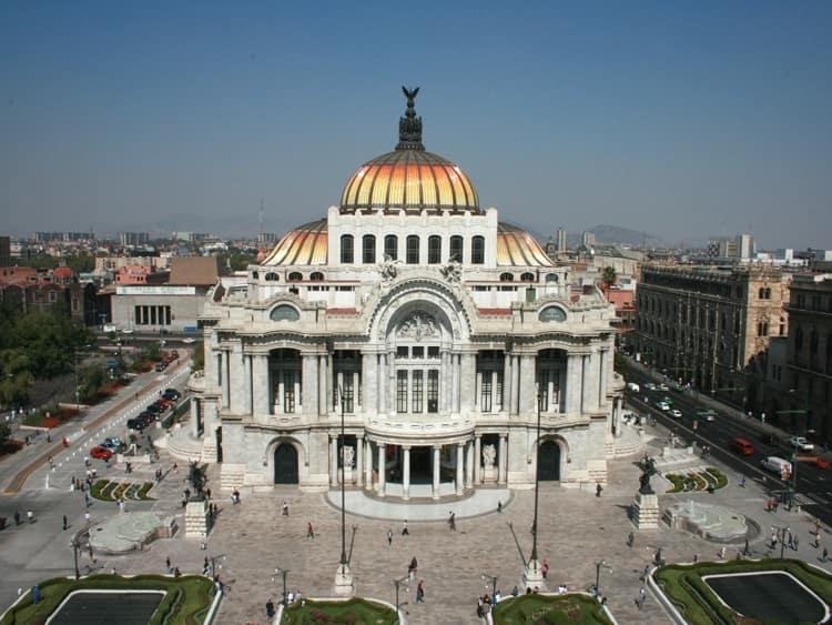 Дворец изящных искусств – это удивительный оперный театр, который украшает центр столицы Мексики.