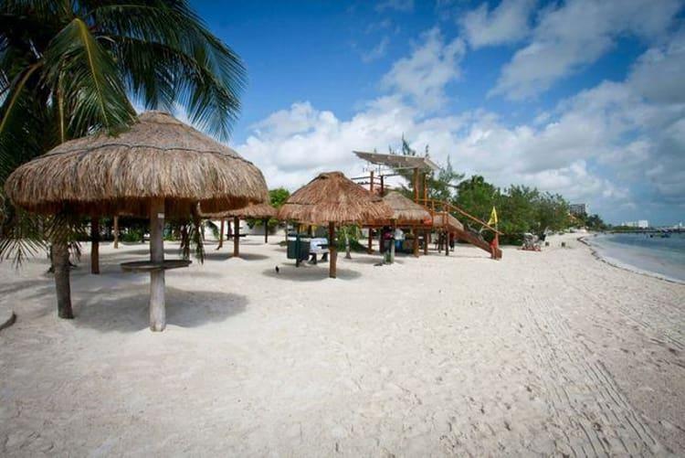 Пляж Playa Las Perlas имеет ровный берег с постепенным набором глубины - это одни из самых популярных пляжей на северном побережье Канкуна.