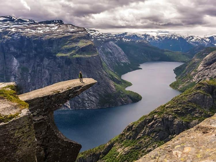 В 122 километрах к северу от Прекестулена находится другая природная достопримечательность Норвегии - скала Язык Тролля.