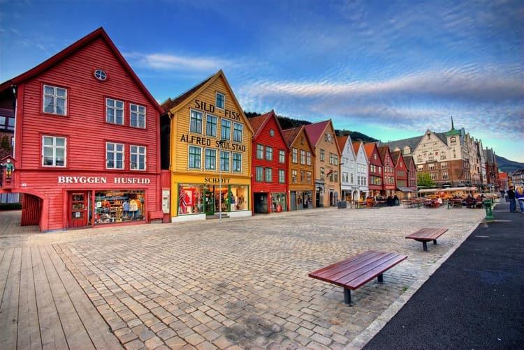 В городе Берген на западе Норвегии самой известной достопримечательностью считается местная набережная Брюгген, представляющая собой ансамбль зданий, построенных преимущественно в средние века.