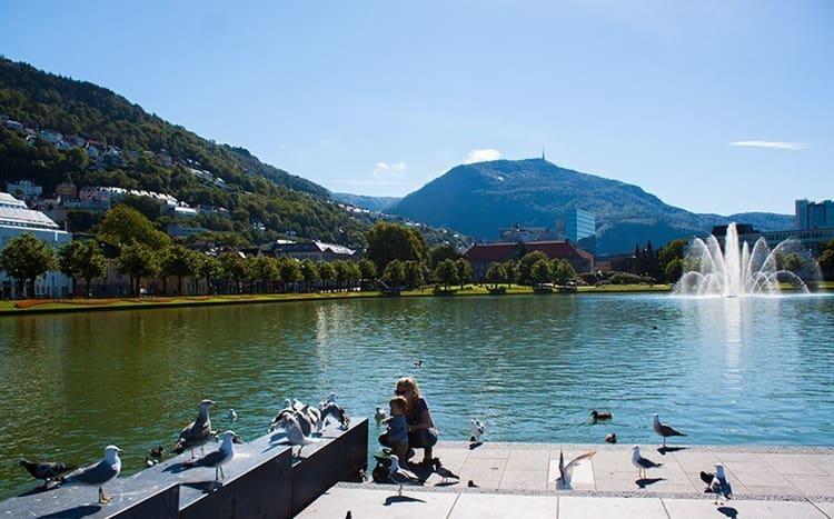Берген на западе Королевства знаменит своим живописным озером Лилле-Лунгегордсван.