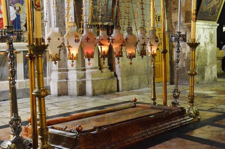Камень Помазания расположен в храме гроба господня Иерусалиме