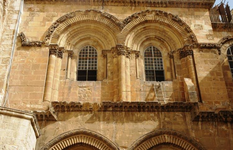 Недвижимая лестница находиться в храме гроба господня Иерусалиме