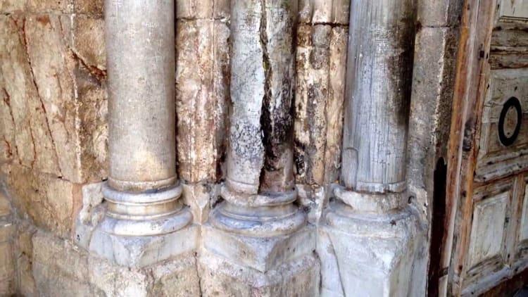 Рассеченная колонна есть в храме гроба господня Иерусалиме