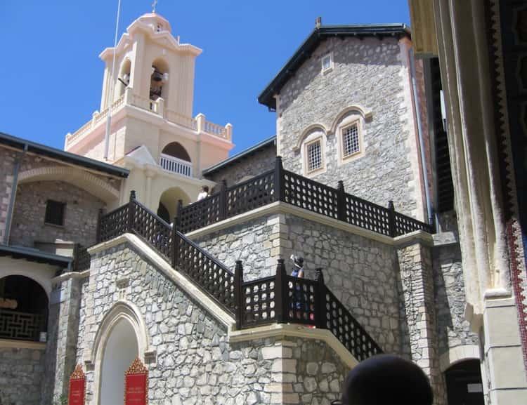 Оформлении внешнего интерьера киккского монастыря