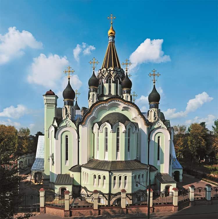 Храм Воскресения Христова в Сокольниках выглядит довольно современно