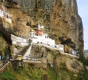Успенский пещерный монастырь - располагается вблизи Бахчисарая, рядом с селом, под названием Староселье
