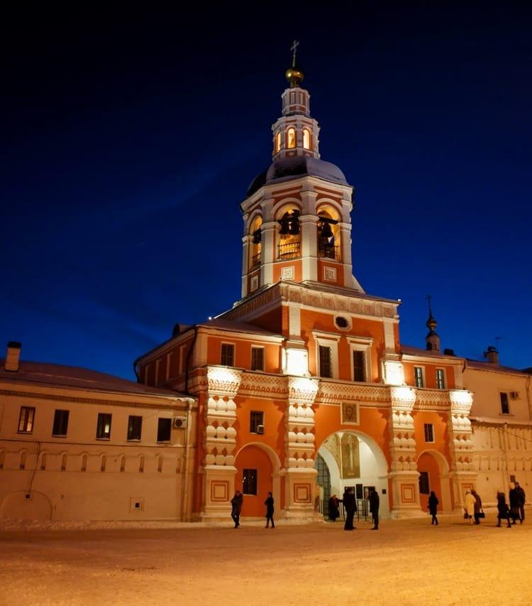 Колокольня монастыря с надвратной церковью привлекает внимание и ночью